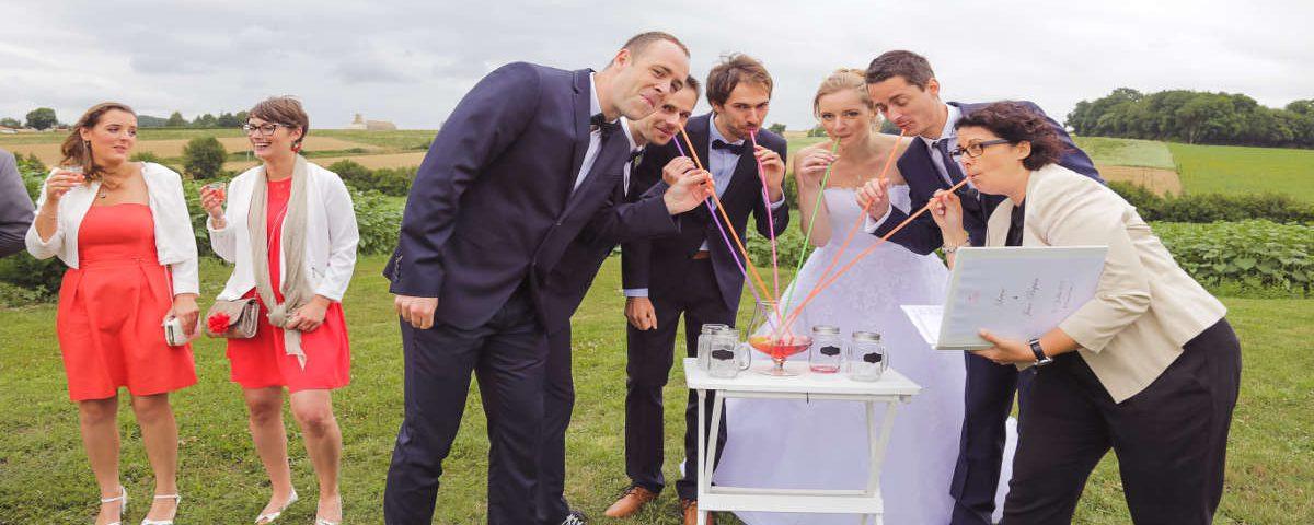 Une idée pétillante de rituel de cérémonie laïque de mariage