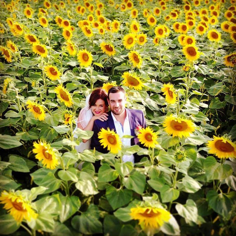 Unique Ceremonies - Mariés dans le champ de tournesols